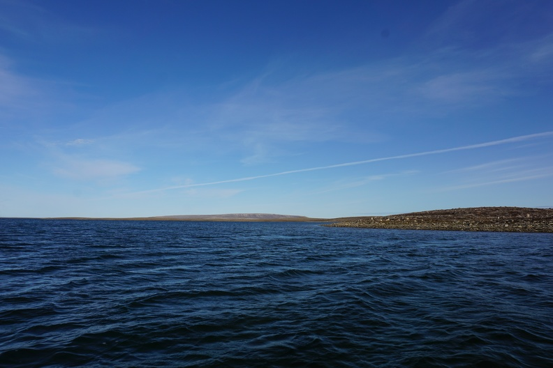 Water near Cambridge Bay / Eau près de Cambridge Bay